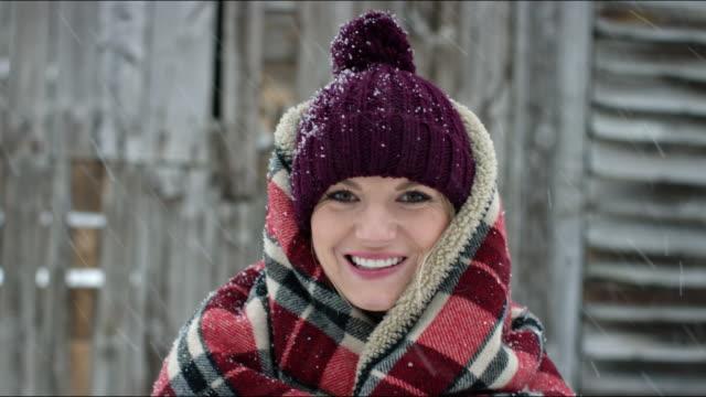 vídeos y material grabado en eventos de stock de portrait of woman in winter - mirar hacia arriba