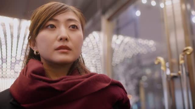 vídeos y material grabado en eventos de stock de retrato de mujer iluminado por iluminación de neón por la noche en la ciudad - mirar hacia el otro lado