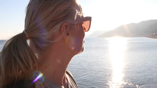 vídeos de stock, filmes e b-roll de retrato da mulher que olha fora acima da praia, litoral - horizonte