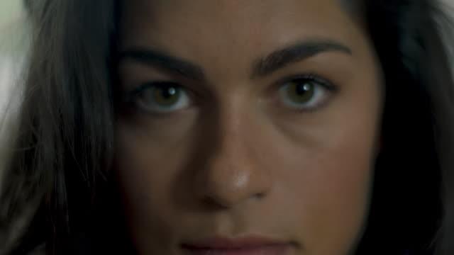 vídeos y material grabado en eventos de stock de portrait of woman - zoom hacia fuera