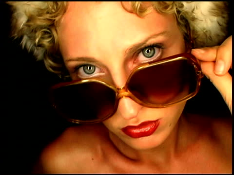 portrait of woman wearing sunglasses - einzelne frau über 30 stock-videos und b-roll-filmmaterial