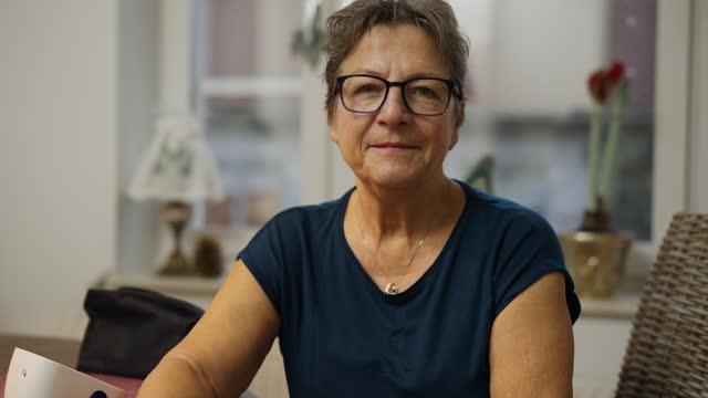 vídeos y material grabado en eventos de stock de retrato de mujer con manómetro de la sangre en casa - 65 69 años