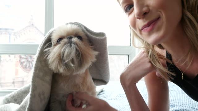portrait of woman with her dog - kamerafahrt auf schienen stock-videos und b-roll-filmmaterial
