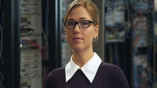 vídeos y material grabado en eventos de stock de cu portrait of woman with server in background, sydney, australia - cabello recogido