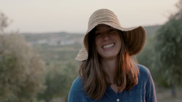 vídeos de stock e filmes b-roll de portrait of woman with straw hat in nature smiling - sorriso aberto