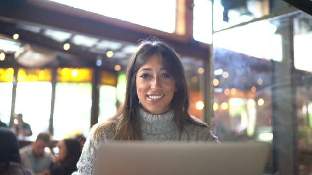 portrait of woman working on laptop at cafeteria / restaurant - pardo brazilian stock videos & royalty-free footage