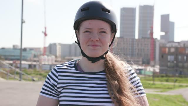 porträt von bmx-radfahrerinnen, lächelnd und mit blick auf die kamera - sportkleidung stock-videos und b-roll-filmmaterial