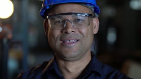 vídeos de stock, filmes e b-roll de retrato de trabalhador - operário
