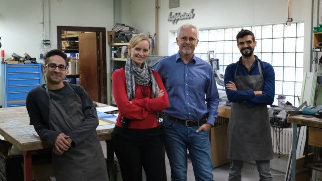 porträt von werkstattbesitzern und -arbeitern - manufacturing occupation stock-videos und b-roll-filmmaterial