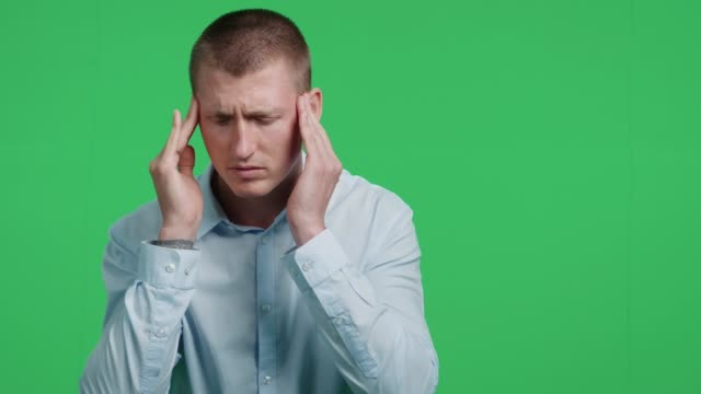 vídeos de stock e filmes b-roll de portrait of worried businessman at green background - one mid adult man only