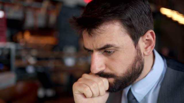 vidéos et rushes de verticale de l'homme d'affaires inquiet - mauvaise nouvelle