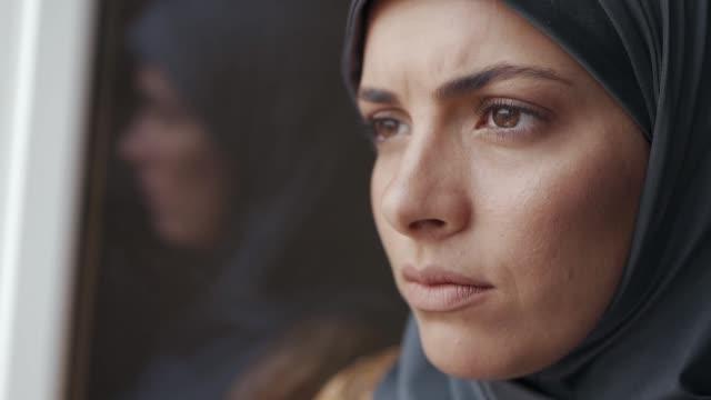 心配したイスラム教徒の女性の肖像画 - ヒジャブ点の映像素材/bロール