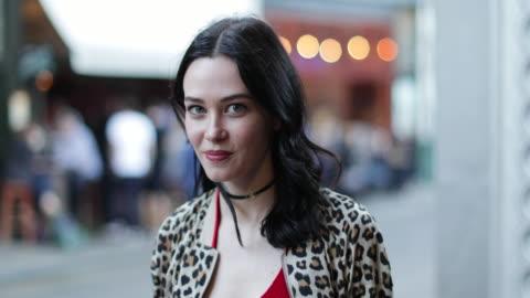 vídeos y material grabado en eventos de stock de portrait of young adult female turning to look at camera on street - cabello negro