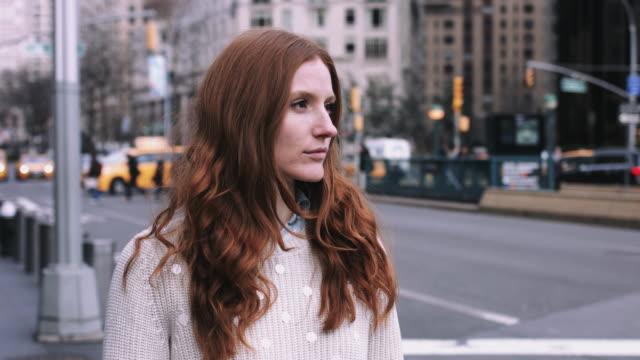 portrait of young adult woman on street in new york - endast unga kvinnor bildbanksvideor och videomaterial från bakom kulisserna