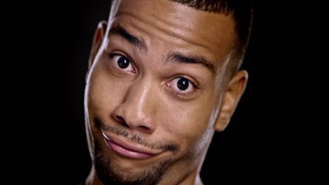 Portret van jonge Afro-Amerikaanse man maken van grappige gezichten