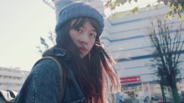 vídeos de stock e filmes b-roll de portrait of young asian woman outdoors - ásia