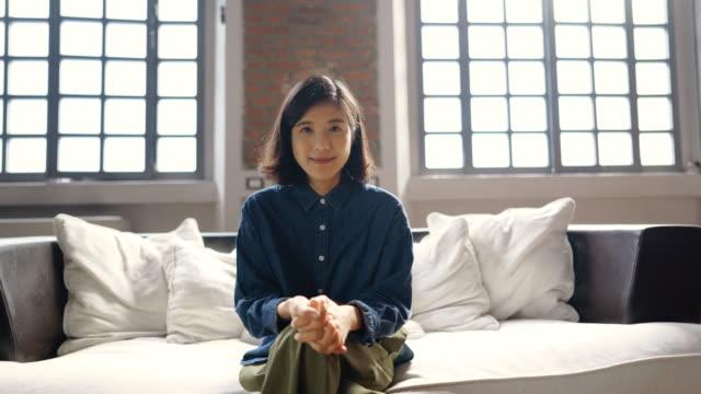 stockvideo's en b-roll-footage met portret van jonge aziatische vrouw - natuurlijk haar