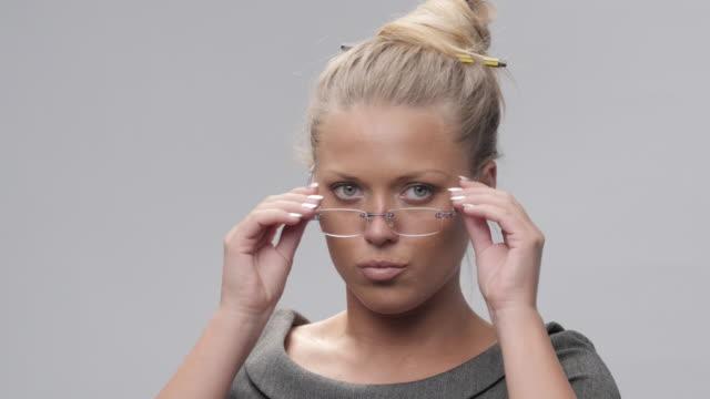 Portrait de femme jeune, Blond, gai essayant de nouvelles lunettes et Making Faces