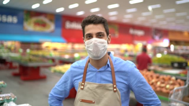 vídeos de stock e filmes b-roll de portrait of young business man owner with face mask at supermarket - latino americano