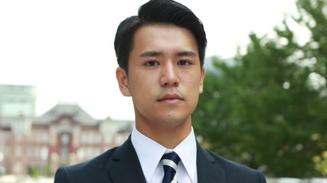 アジアの若いビジネスマンの肖像 - 職探し点の映像素材/bロール