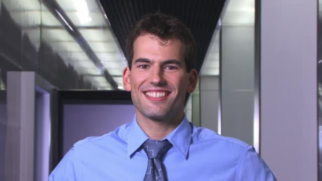 stockvideo's en b-roll-footage met cu, zo, ms, portrait of young businessman standing in corridor - overhemd en stropdas