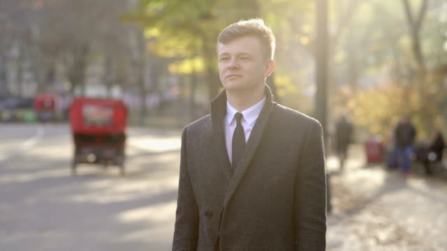 portrait of young businessman standing outdoors on street in new york city - giacca e cravatta video stock e b–roll