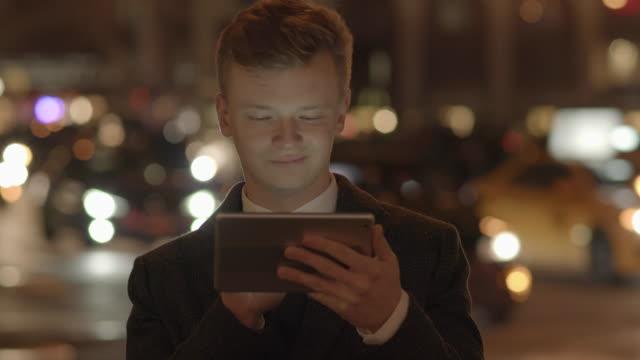 portrait of young businessman standing outdoors on street in new york city - skjorta och slips bildbanksvideor och videomaterial från bakom kulisserna