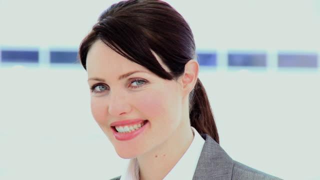 vídeos de stock e filmes b-roll de cu portrait of young businesswoman / cape town, south africa - trabalhadora de colarinho branco