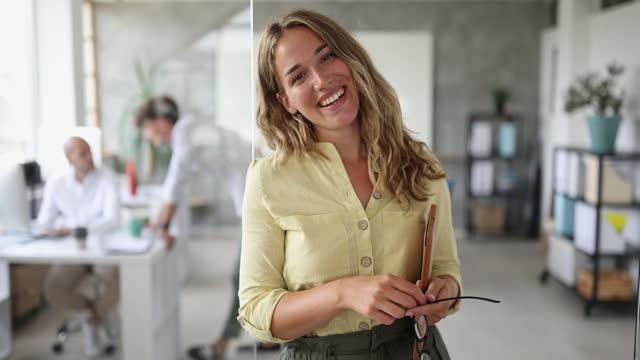 vidéos et rushes de portrait d'une jeune femme d'affaires dans un espace ouvert - three people