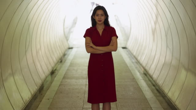 MS Portrait of young businesswoman in tunnel