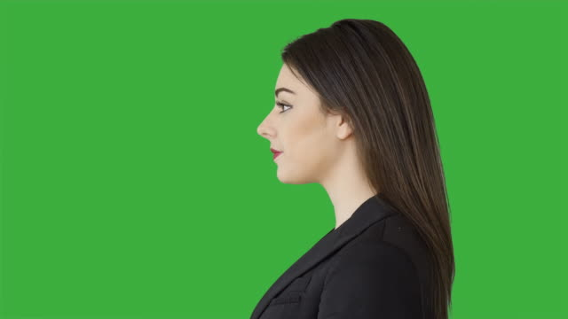 vidéos et rushes de portrait of young caucasian business women isolated on green screen background - cheveux bruns