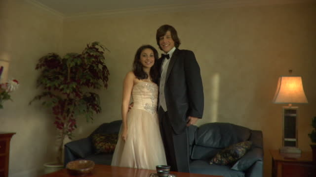 vidéos et rushes de ms, portrait of young couple in prom attire, edison, new jersey, usa - couple d'adolescents