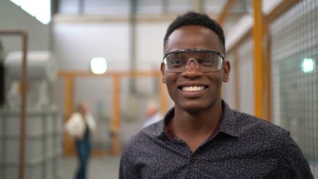vidéos et rushes de verticale de jeune employé dans l'industrie - apprenti