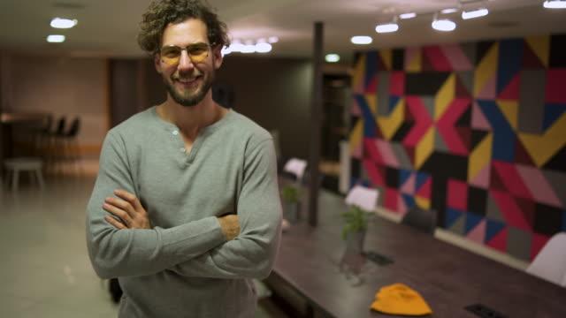 portrait of young entrepreneur - peluria del viso video stock e b–roll