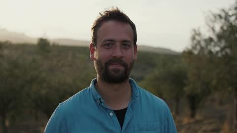 vídeos y material grabado en eventos de stock de portrait of young farmer among olive trees - campesino