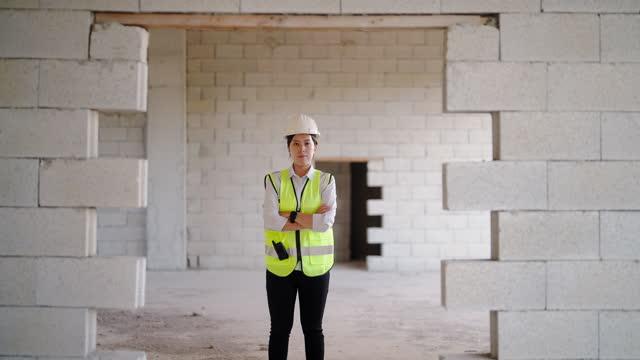 vidéos et rushes de portrait d'une jeune ingénieure sur un chantier - une seule jeune femme