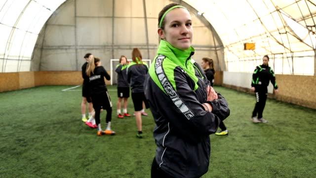 porträt der jungen weiblichen fußballspieler und-trainer - mannschaftssport stock-videos und b-roll-filmmaterial
