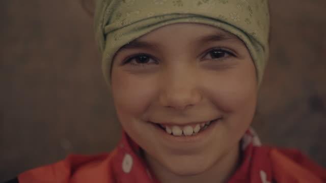 vídeos de stock, filmes e b-roll de retrato da rapariga que sorri na câmera - 10 11 anos