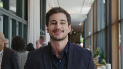 porträtt av ung stilig affärsman på seminarium - framgång bildbanksvideor och videomaterial från bakom kulisserna