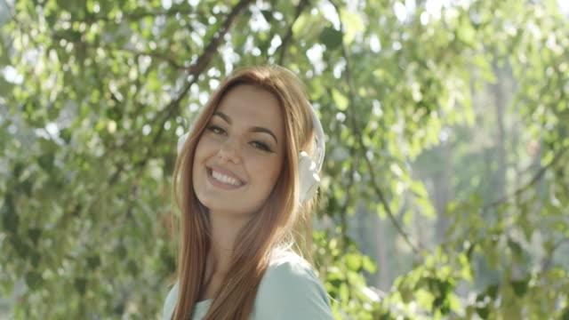 Porträt des jungen glückliche Frau im park