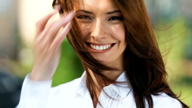 HD (720p30): Porträt des jungen glückliche Frau im Freien