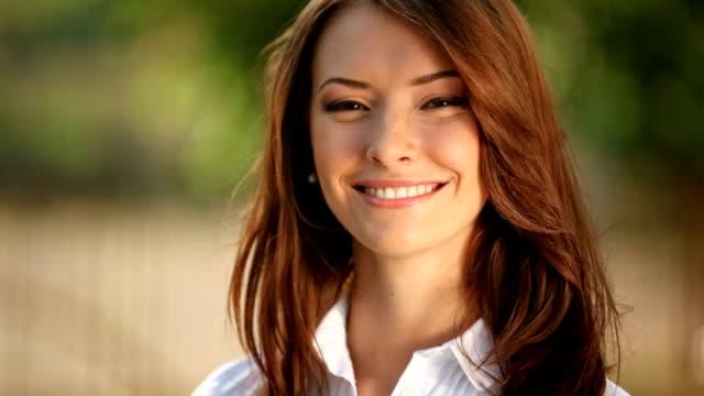 ritratto di giovane donna felice all'aria aperta - sorriso aperto video stock e b–roll