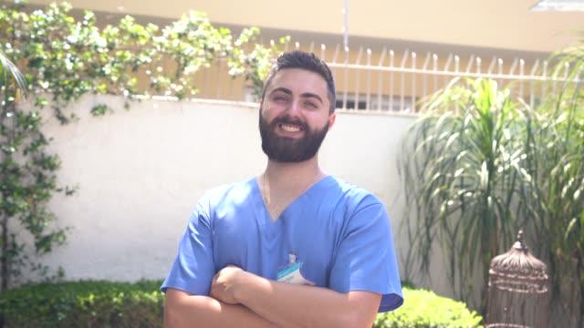 vídeos de stock, filmes e b-roll de retrato do cuidador home novo - assistência