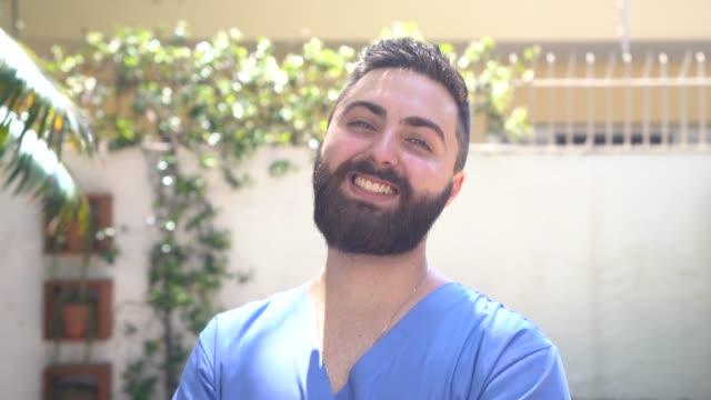 vídeos de stock, filmes e b-roll de retrato do cuidador home novo - profissional de enfermagem