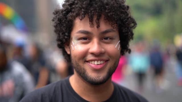 vídeos de stock e filmes b-roll de portrait of young man at street - visão frontal