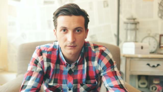 Retrato de hombre joven en la cafetería.