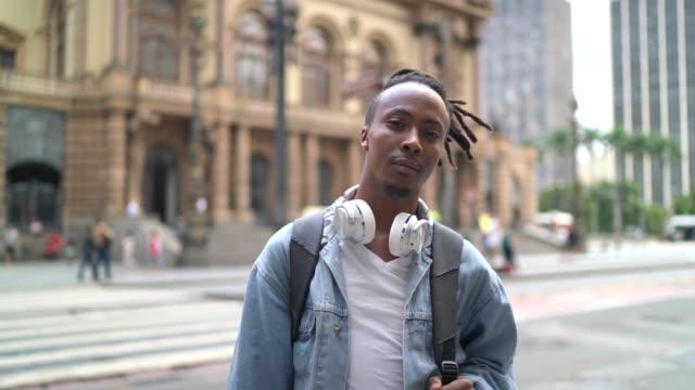 vídeos de stock e filmes b-roll de portrait of young man in the city - geração millennial