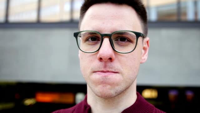 Porträt von junger Mann in der Stadt