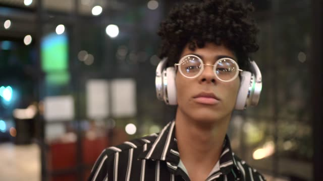 vídeos y material grabado en eventos de stock de retrato de joven escuchando música en el bar - rizado peinado