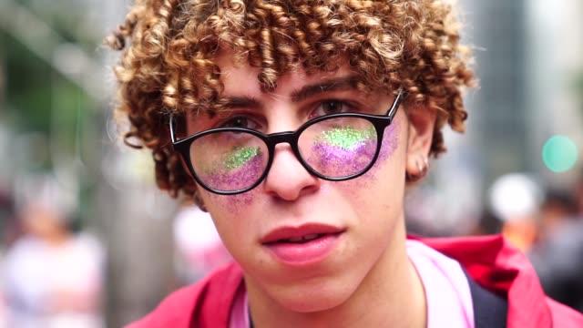 vidéos et rushes de portrait de jeune homme - gay man
